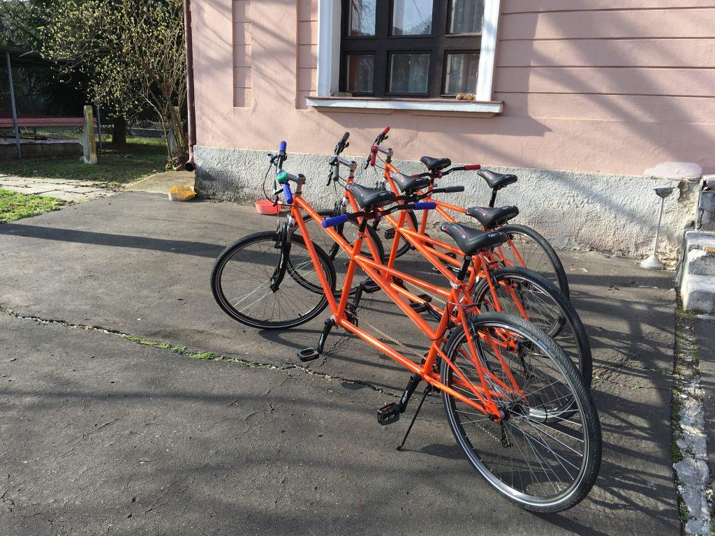 A három bicaj a hátsó udvaron egymás mellett kiállítva